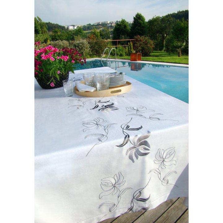 Скатерть «Лилия» с вышивкой, цвет: белый (160х280 см; 70% хлопок, 30% полиэстер)