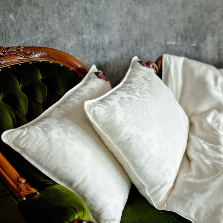 Подушка шелковая средняя «Luxury Silk Grass» (50х68 см; наполнитель: 85% шелк Mulberry, 15% полиэфирное 4-L волокно; чехол: жаккард, 100% тенсель; цвет: белый)